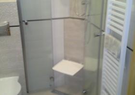 Mała łazienka z siedziskiem pod prysznicem